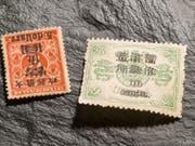 Diese zwei seltenen Briefmarken aus China kommen am 22. Mai im Auktionshaus Rapp in Wil SG unter den Hammer. (Bild: Keystone/Kurt Zuberbuehler)