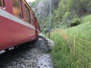 Ein Felsbrocken hat am Dienstag dazu geführt, dass ein Zug der Rhätischen Bahn aus dem Gleis gesprungen ist. (Bild: PD RhB)