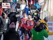 Plötzlich im Rummel des Weltcups: Bob-Pilot Michael Vogt (re.) und sein Anschieber Sandro Michel in St. Moritz (Bild: KEYSTONE/URS FLUEELER)