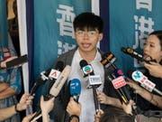 Der Protestführer und Demokratie-Aktivist Joshua Wong Chi-fung vor den Medien, nachdem an Gericht seine Berufung abgelehnt hatte. Er muss nun erneut für zwei Monate ins Gefängnis. (Bild: Keystone/EPA/JEROME FAVRE)