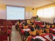 Die Schüler lauschen den Ausführungen der Lehrperson in Huancayo. (Bild: PD)