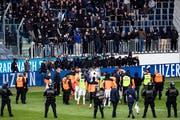 GC-Spieler stehen in der Swisspor-Arena vor Hooligans nach dem Spielabbruch im Meisterschaftsspiel der Super League zwischen dem FC Luzern und GC. (Bild: Keystone, Luzern, 12. Mai 2019)