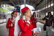 Flugbegleiterinnen mit Engelsflügeln warben letzten Samstag für ein Horwer Bestattungsunternehmen. (Bild: Werbeagentur Rockets.ch)