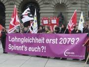 Lohngleichheit wird - wie hier an einer Kundgebung 2013 - am Frauenstreiktag aufs Tapet kommen. Sehr zu Recht, wie eine neue Studie des Bundesamts für Statistik zeigt. (Bild: Keystone/LUKAS LEHMANN)
