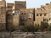 Die historische Altstadt von Sanaa mit ihren rund 8000 typischen Mehrstock-Häusern gehört seit 1986 zum Unesco-Weltkulturerbe. (Bild: KEYSTONE/EPA/YAHYA ARHAB)