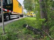 Der betagte E-Bike-Fahrer wurde in den angrenzenden Wald geschleudert und starb trotz sofortiger Hilfe am Unfallort. (Bild: Kapo St. Gallen)