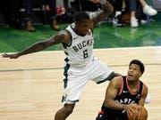 Eric Bledsoe von den Milwaukee Bucks feiert mit seinem Team einen Auftaktsieg zum Auftakt der NBA-Playoff-Halbfinals gegen die Toronto Raptors (Bild: KEYSTONE/EPA/AARON GASH)