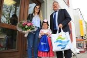 Gülsüm Kara und ihre Tochter Hazal nehmen die Präsente von Stadtpräsident Thomas Niederberger entgegen. (Bild: PD)