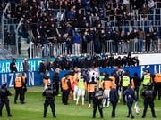 Nicht einmal die Spieler des Grasshopper Clubs vermochten die Horde pöbelnder Fussballfans am vergangenen Sonntag zu besänftigen. Nun hat der FC Luzern, in dessen Stadion das Spiel stattfand, Strafanzeige eingereicht. (Bild: KEYSTONE/STR)