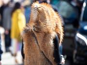 Für den Laien ist es oft schwierig zu erkennen, ob ein Pelz echt ist oder nicht. Mit der Präzisierung der Pelzdeklarationsverordnung wird aber nun nach Einschätzung des Schweizer Tierschutzes die geltende Regelung verwässert. (Bild: KEYSTONE/GIAN EHRENZELLER)