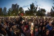 Demonstranten versammelten sich auch am Mittwoch vor dem Bauzaun der geplanten Kathedrale. Bild: Anton Basanayev/AP (Jekaterinburg, 15. Mai 2019)