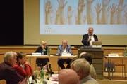Präsident Edwin Dudli (stehend) informiert die Mitglieder des HEV Uzwil und Umgebung über die geplante Fusion. (Bild: Tobias Söldi)