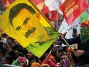 Ein kurdischer Demonstrant mit einer Öcalan-Fahne Mitte März in Istanbul. (Archivbild). (Bild: Keystone/AP/LEFTERIS PITARAKIS)