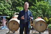 """Aus der Kaverne gerollt: Stefan Hörner, seit 25 Jahren für den Bergwerk-Rebberg verantwortlich, kann den Jubiläumswein """"Cuvée Barbara"""" präsentieren. (Bild: Jerry Gadient)"""