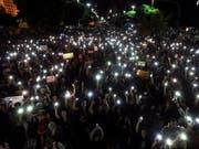 In Brasilien sind Zehntausende am Mittwoch auf die Strasse gegangen, um gegen die Bildungspolitik des derzeitigen Präsidenten zu protestieren. (Bild: KEYSTONE/EPA EFE/ANTONIO LACERDA)
