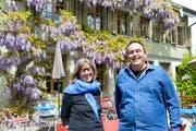 Karin Sauter und Daniel Stoll in der Gartenwirtschaft des «Löwen». (Bild: Donato Caspari)