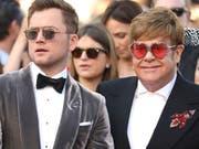 Der Schauspieler Taron Egerton (links) und der Sänger Elton John (rechts) zeigen sich am Donnerstag vor der Presse auf dem Filmfestival in Cannes. (Bild: KEYSTONE/AP Invision/VIANNEY LE CAER)