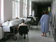 Ein Patient im Erythros Stavros Spital in Athen wartet im Korridor auf ein Zimmer. Wegen Personalmangel in griechischen Spitälern und Lohnkürzungen streiken die Spitalangestellten. (Bild: Keystone/EPA/ORESTIS PANAGIOTOU)
