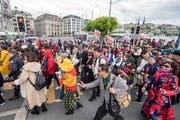 Touristen der 4'000 Personen grossen chinesischen Reisegruppe der Kosmetikfirma «Jeunesse Global» ziehen durch die Stadt Luzern (Bild: Urs Flüeler, Keystone, 13. Mai 2019)