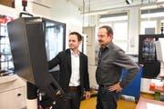 Roland Messmer, Betriebsleiter der Heberlein AG (links), und Patrick Buchmüller, Leiter der Abteilung Forschung und Entwicklung, sehen im Textilbereich wie auch in der Sparte Medizinaltechnik noch viel Entwicklungspotenzial für die Heberlein AG in Wattwil. (Bild: Urs M. Hemm, 02.05.2019)