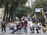 Studenten blockieren eine Strasse aus Protest gegen die Erhöhung der Studiengebühren in Caracas. (Bild: Keystone/AP/MARTIN MEJIA)