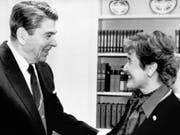 Sie nannte ihn «warmherzig», er sie «charming»: Die erste Schweizer Bundesrätin Elisabeth Kopp am 9. November 1987 mit US-Präsident Ronald Reagan im Oval Office. (Bild: Keystone/TIM CLARY)
