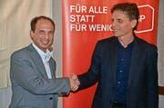 Freute sich in Rothenthurm über die Nomination: SP-Ständeratskandidat Michael Fuchs (links), der von SP-Präsident Andreas Marty Gratulationen entgegennimmt. (Bild: Jürg Auf der Maur)