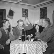Stammtisch im Restaurant des Hotels St. Gotthard in Hospertal (UR), aufgenommen im Oktober 1951. (Bild: Keystone Archiv)