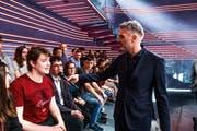 Brotz befragt das Publikum. (Bild: SRF/Oscar Alessio)