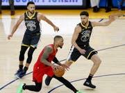 Stephen Curry (ganz links) behält mit den Golden State Warriors im Conference-Final gegen die Portland Trail Blazers den Überblick (Bild: KEYSTONE/EPA/JOHN G. MABANGLO)