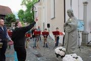 Vor der Neupositionierung auf dem Kapellendach segnete Pfarrer Bernhard Willi die Maria-Statue. (Bilder: Marion Wannemacher (Sarnen, 17. Mai 2019))