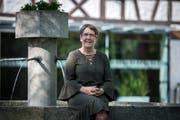 SP-Stadträtin Barbara Kern sitzt am Brunnen vor dem Sallmannschen Haus. (Bild: Reto Martin)