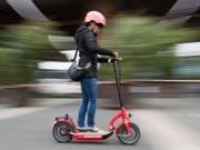 In Deutschland dürfen künftig Elektro-Tretroller auf Radwegen und Strassen mit gesetzlicher Erlaubnis fahren. (Bild: Keystone/DPA/JULIAN STRATENSCHULTE)