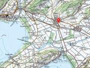In Ins im Berner Seeland (siehe roter Pfeil) hat ein Zug am Freitagnachmittag ein Auto erfasst. Die Fahrerin des Wagens wurde verletzt. (Bild: Swisstopo)