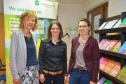 Krebsliga-Geschäftsleiterin Cornelia Herzog-Helg, Kriesenbegleiterin Sarah Pietsch und Beraterin Sarah Sieber. (Bild: Mario Testa)