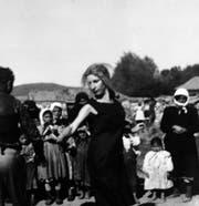 Germaine Winterberg (tanzend), Jugoslawien 1963. (Bild: Archiv Sigi und Germaine Winterberg)