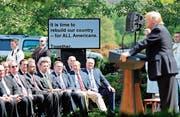 US-Präsident Trump liest von einem Teleprompter während seiner Rede im Rosengarten des Weissen Hauses am Donnerstag. Bild: Martin H. Simon/Pool (Washington)