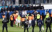 GC-Fans stürmten beim Super-League-Spiel in Luzern das Spielfeld und sorgten für einen Spielabbruch. (Bild: Keystone)