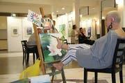 Die Fussmalerin Antje Kratz kam ohne Arme auf die Welt. (Bild: Emma-Emily Wolf)