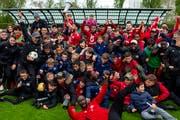 Spieler, Betreuer und Fans des FC Stade Lausanne-Ouchy feiern den Aufstieg in die Challenge League im Stadion Juan-Antonio Samaranch. (Bild Jean-Christiophe Bott/Keystone (Lausanne, 27. April 2019))