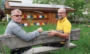 Ivo Keel (links) und Werner Strub freuen sich auf den Weltbienentag. Wenn Sie die beiden reden hören möchten, bitte die App Xtend herunterladen und das Bild scannen. (Bild: Gert Bruderer)