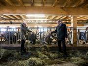 Markus Ritter (rechts), CVP-Nationalrat und Präsident des Schweizer Bauernverbandes (SBV), im Stall. (Bild: KEYSTONE/ALEXANDRA WEY)