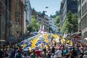 Der erste Auftritt der Rutschbahn «Slide my City» in St.Gallen. Gerutscht wird in diesem Jahr zum vierten Mal auf dem untersten Abschnitt der Teufener Strasse. Der Verkehr wird umgeleitet. (Bild: Michel Canonica - 31. Juli 2016)