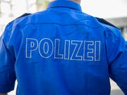 Eine Frau ist in Kreuzlingen TG auf einen falschen Polizisten hereingefallen und hat ihm Schmuck und Bargeld im Wert von über 150'000 Franken übergeben. Archivbild (Bild: KEYSTONE/GEORGIOS KEFALAS)