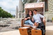 Wirtin Medea Gnes und Koch Roberto Colzani stossen auf die Eröffnung des «Riviera» an. (Bild: Dominik Wunderli, Luzern, 16. Mai 2019)