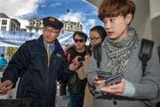 Jin Zhiwen arbeitet seit drei Jahren als Matrose für die SGV. Mitarbeiter mit chinesischer Herkunft sollen Touristen aus China mehr Komfort bieten. (Bild: Eveline Beerkicher, 14. April 2016)