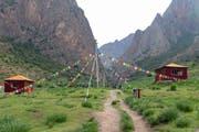 Ein Trampelpfad führt zur Baishiya-Karsthöhle in 3280 Metern im Hochland von Tibet.