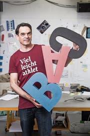 Spielt mit Buchstaben und Wörtern: René Gisler in seinem Atelier. (Bild: Manuela Jans-Koch, Luzern, 3. Mai 2019)