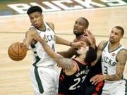 Der Grieche Giannis Antetokounmpo (links) führte die Milwaukee Bucks zum zweiten Sieg in den Playoff-Halbfinals der NBA gegen die Toronto Raptors (Bild: KEYSTONE/EPA/AARON GASH)