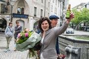 Spezial-Bier für Korintha Bärtsch: Die Regierungsratskandidatin feierte am Sonntag ihren Achtungserfolg im Krienbrüggli. (Bild: Dominik Wunderli)